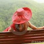 vrouw op bank aan zee